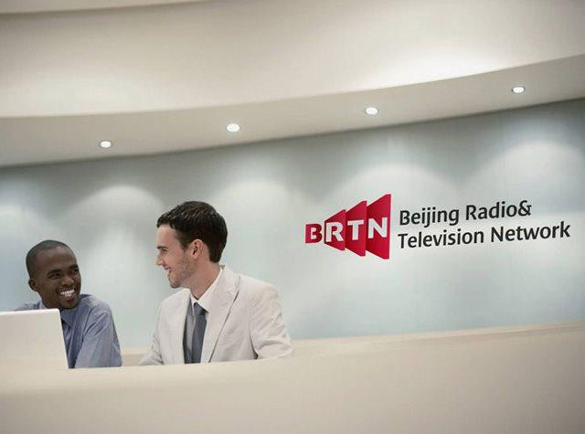 """2014年1月8日,北京网络广播电视台 BRTN上线,上线仪式将在北京电视台新媒体工作基地举行。北京网络广播电视台是北京广播电视台旗下""""以宽带互联网、移动通信网等新兴信息网络为节目传播载体的新兴形态广播电视播出机构"""",北京电视台具体负责网站的建设和运营。正邦为北京网络广播电视台提供了标志设计和VI设计的服务。  据了解,网站上线后,将在网站首页推出焦点栏目""""我在现场""""。内容来源于记者采访现场,同时用户互动信息也将注入到云媒资库进行跨屏传播,实现手机端、PC"""