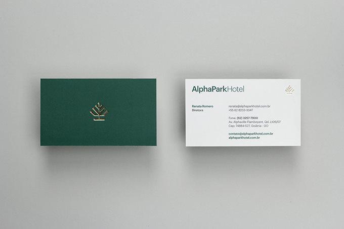 行业:酒店 服务内容:VI设计、标志设计 企业名称:AlphaPark AlphaPark是一家总部设在巴西戈亚尼亚的商务酒店,酒店开始作为几代人之间的连续性的家庭愿望,它的成长源于传统团结的工作努力扎实根基的项目。坐落在130万人的大都市中最有价值的区域,其地理位置距离城市的机场,购物中心、餐馆和娱乐场所仅10分钟路程。 AlphaPark酒店vi设计灵感源于一棵绿色的松树,以松树作为品牌的视觉识别符号。AlphaPark希望表达的是在绿色的环抱中,对自然的保护与尊重,传递绿色、环保的生活理念。Alph